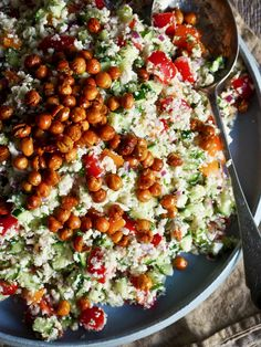 Blomkålsalat med ristede kikerter Chana Masala, Cobb Salad, Nom Nom, Healthy Recipes, Healthy Food, Food And Drink, Low Carb, Ethnic Recipes, Nutrition