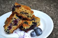 Bursting with blueberries, this cake is the perfect snack!