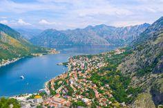 O pequeno país de Montenegro traz um lote em sua pequena área. Sua costa do Adriático é pontilhada com belas vilas de pescadores, enseadas desertas, praias e resortscada vez mais visitados. Seu interior montanhoso é verdadeiramente espetacular, coberto com florestas antigas, lagos e rios. Subindo as montanhas, os picos são cobertos de neve, oferecendo assim excelentes condições para a prática de esqui em áreas como Kolašin.