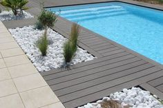 Plage de piscine et galets, France Swimming Pool Enclosures, Small Swimming Pools, Swimming Pool Tiles, Swiming Pool, Swimming Pool Landscaping, Outdoor Landscaping, Backyard Patio, Modern Pools, Plunge Pool