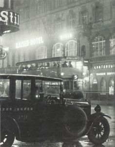 Vue de l'hôtel Kaiser, Berlin, vers 1930. Photo in black and white. Old Photos, Vintage Photos, Berlin Photos, Old Photography, World Cities, Lightning Strikes, Berlin Germany, The Good Old Days, Historical Photos