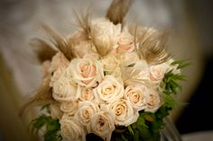 ROSES & FEATHERS: the perfect mix for a fashion addicted bride! #comoinstyle