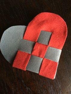 H. C. Andersens flettede hjerte, som det jo siges at han lavede til en kær veninde. Som det kan ses har det flettede hjerte ingen hank, for hjertet var på dette tidspunkt faktisk ikke tænkt som julepynt - det er en udvikling der er kommet siden.  Her er hjertet lavet i grå og rød filt efter et klassisk mønster til flettede hjerter.