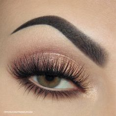 Soft and shimmery makeup look with Lise Watier Rivages eyeshadow palette and Smokey Kohl in Nude Velours. Lashes : Blinking Beauté No.8.