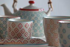 Tazas, platos, mugs, teteras de la colección Naïf. Pintadas a mano.
