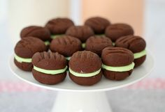 These Chocolate Mint Biscuits really are the perfect combination. Two melt-in-your-mouth chocolate biscuits filled with a delicious peppermint icing. Talk about drool-worthy! Biscuit Cookies, Yummy Cookies, Homemade Chocolate, Mint Chocolate, Chocolate Bars, Baking Recipes, Cookie Recipes, Bar Recipes, Baking Ideas