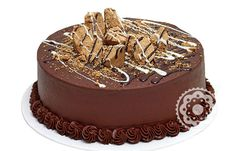 Bolo Paçoca - O melhor da época junina disponível para o ano todo! Inesquecível bolo de paçoca com recheio de creme de chocolate e cobertura de chocolate, decorado com paçocas e caldinha de chocolate.
