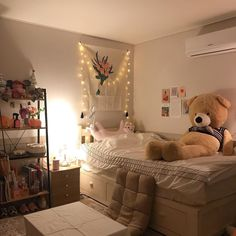 Shared by — 🧃🍄🧸. Find images and videos on We Heart It - the app to get lost in what you love. Childrens Bedroom Decor, Cute Bedroom Decor, Room Ideas Bedroom, Small Room Bedroom, Indie Room Decor, Aesthetic Room Decor, Deco Studio, Pretty Room, Dream Rooms