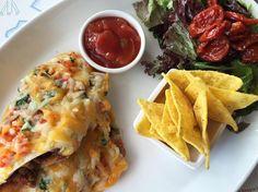 Over iets meer dan twee weken kunnen jullie genieten van heerlijke nieuwe gerechten op onze nieuwe zomerkaart. Daardoor verdwijnen ook een aantal gerechten, maar niet getreurd! Eén van deze gerechten, de vegetarische wrap, kun je nu ook thuis maken. Een superlekker gerecht dat ook nog eens snel klaar is!  Het recept is te vinden op onze facebookpagina: facebook.com/hotelnewyorkrotterdam Mexican, York, Ethnic Recipes, Veggie Wraps