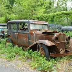 Old Abandoned Buildings, Abandoned Places, Abandoned Vehicles, Old Vintage Cars, Antique Cars, Acrylic Painting Trees, Junkyard Cars, Rusty Cars, Pedal Cars