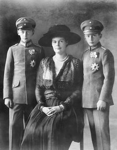 MecklenburgSchwerin Cecilie of Crown Princess of Prussia *20091886 wife of Wilhelm of Prussia Crown Prince with her sons Prince Wilhelm and Prince...