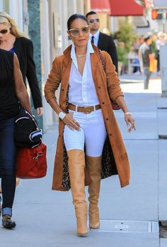 Jada Pinkett Smith wears a camel suede trench coat with a white button-down shirt, white skinny jeans, and cognac over-the-knee boots. Bold Fashion, Cute Fashion, Autumn Fashion, Vintage Fashion, Womens Fashion, Suede Trench Coat, Camel Coat, Funky Outfits, Stylish Outfits