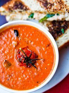 Roasted Tomato Soup with Grilled Daiya Sandwiches soup healthy recipes rezepte soup soup Roast Tomato Soup Recipe, Vegan Tomato Soup, Roasted Tomato Soup, Tomato Soup Recipes, Vegan Soups, Roasted Tomatoes, Vegetarian Recipes, Healthy Recipes, Tomato Soups