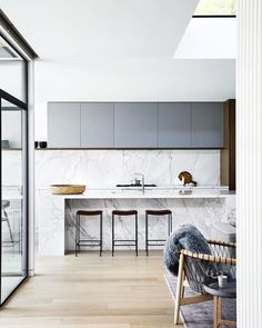 In desperate need of some love and care, this mid-century home in Melbourne's leafy east has a new lease of life. Mim Design connected spaces making the home light, bright and welcoming, while…. Modern Kitchen Backsplash, Modern Kitchen Cabinets, Cute Kitchen, Open Plan Kitchen, Modern Kitchen Design, Interior Design Kitchen, New Kitchen, Kitchen Dining, Backsplash Ideas