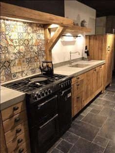 Landelijk robuust houten keuken met zwart stoves fornuis en keramiek blad #keuken #keukeninspiratie #interieur #landelijk #landelijkekeuken #stoves #keramiek #hout #tegelwand