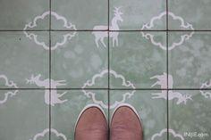 Nice floor pattern . INIJIE.com - http://www.inijie.com/2013/10/30/ore-carpentier-kitchen-untung-suropati-surabaya/