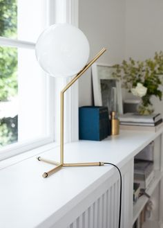FLOS IC Lights T by Michael Anastassiades is the perfect table lamp for a modern interior and complements this sunlit white space. Table Lamps For Bedroom, Bedside Table Lamps, Desk Lamp, House Of Philia, Lamp Inspiration, Interior Inspiration, Contemporary Table Lamps, Contemporary Interior, Modern Table