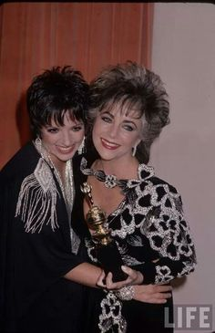 Élizabeth Taylor and Lisa Minnelli Old Hollywood Stars, Old Hollywood Glamour, Edward Wilding, Classical Hollywood Cinema, Celebrity Twins, Haircuts, Hairstyles, Liza Minnelli, Violet Eyes