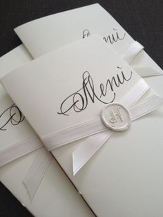 Menù e ceralacca Wedding Menu Cards, Wedding Stationary, Wedding Invitations, Wedding Poses, Wedding Engagement, Diy Wedding, Wedding Planer, Gift Box Design, Tuscan Wedding