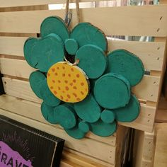 A fun flower that's perfect for your home. It's made out of dried wood slices and paint.    #flower #handmade #etsy #shopsmall #logslices #logslicesbymargie #2017 #diy