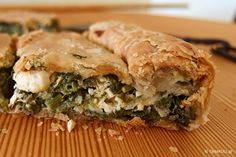 Η σπανακόπιτα έχει ψιλοκομμένο πράσο και κρεμμύδι τριμμένο, για να γλυκάνει το σπανάκι, Με σπιτικό φύλλο μακεδονικής σφολιάτας και όλα τα μυστικά! Spanakopita, Greek Recipes, Baked Goods, Pizza, Snacks, Baking, Ethnic Recipes, Homemade Food, Pastries