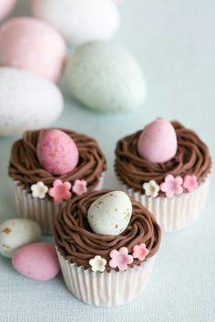 Cupcakes au chocolat façon nid de Pâques.