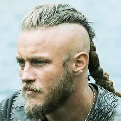 "Travis Fimmel as Ragnar Lothbrok in""Vikings. Ragnar Vikings, Vikings Show, Vikings Travis Fimmel, Vikings Tv Series, Vikings Actors, Viking Braids, Mens Braids, Lagertha, Ragnar Lothbrok Hair"