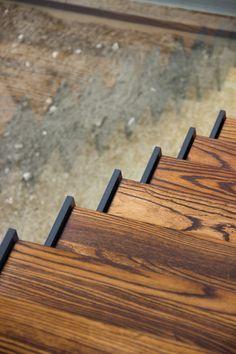 De muizetrap is de meest gevraagde trap die Trappenkopen.nl levert. Door de moderne en strakke look past de muizetrap in elk interieur. De zigzagvorm van de trapboom is hét kenmerk van de muizetrap. Hij wordt daarom ook vaak de zigzagtrap genoemd. De zigzagvormige trapboom is een getrapte metalen constructie gemaakt van plaatstaal. Wij behandelen de stalen trapboom naar de wens van de klant. Zwart stalen trappen zijn erg populair. Trappen van blauw staal nemen ook toe in populariteit.