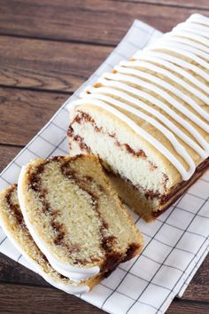 This gluten free vegan Cinnamon Swirl Bread, with that lovely vanilla glaze, may even qualify as cake. Coconut Dessert, Oreo Dessert, Dessert Recipes, Cookie Recipes, Dessert Sans Gluten, Sans Gluten Vegan, Gluten Free Vegan Cake, Gluten Free Coffee Cake, Cake Vegan