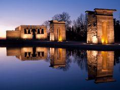 Madrid – eine Stadt voller KontrasteDen Göttern Isis und Amun geweiht      Westlich vom Zentrum wartet mit dem Parque del Oeste ein weiterer sehenswerter Park mit echten Attraktionen wie der Templo de Debod. Hinter der ägyptischen Tempelanlage, die Stein für Stein hierher transportiert worden war, bietet die Farbexplosion von Madrids Sonnenuntergängen ein grandioses Schauspiel.
