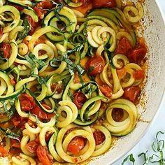 Uno de mis acompañamientos favoritos para los espaguetis de calabacín: una mezcla de tomatitos cherry cortados a la mitad y asados en el horno con albahaca/orégano + una salsa hecha con un poco de aceite de oliva, un par de dientes de ajo también asados en el horno aplastados hasta formar una pasta y una pizca de sal.  Delicioso. Foto de @up.spain  #espaguetisdecalabacin #mariamartinezdukan