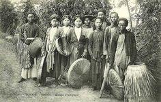 Hanoi - Groupe d'indigènes   by manhhai