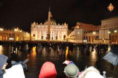 Plou a bots i barrals a plaça de Sant Pere del Vaticà mentre s'espera la fumata