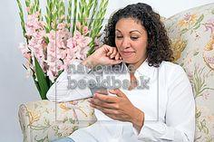 vrouw kijkt op haar mobiele telefoon