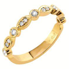 Kaunis, keltakultainen Skansen-timanttisormus. Romanttinen muotokieli ja moderni korumuotoilu yhdistyvät tässä Vintage-malliston sormuksessa. Sirossa rivisormuksessa on kevyesti pyöristetty flakkarunko. Tämä sormus sopii erinomaisesti kapean kihlasormuksen tai halo-sormuksen rinnalle. Naisellisessa sormuksessa on kaarevia muotoja ja siihen on istutettu 13 kauniisti säihkyvää timanttia. Timanttien yhteispaino on 0,17 ct. Laadultaan timantit ovat W/Si. Hinta: 980 €. Malm, Bracelets, Vintage, Jewelry, Jewlery, Jewerly, Schmuck, Jewels, Vintage Comics