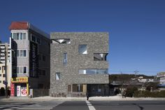 Completed in 2015 in Jinju-si, South Korea. Images by Jin Hyosuk . Overcoming the shape and capacity of the site...........Although the site has a capacity of approximately 139 m2 on record, the actual area of land...