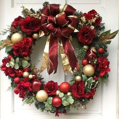 Create you own beautiful Christmas wreath. DIY Christmas wreaths ideas if you want to be different. Why not make a simple and fun one by yourself at home? Christmas Wreaths To Make, Gold Christmas, Holiday Wreaths, Beautiful Christmas, Christmas Time, Christmas Crafts, Christmas Decorations, Christmas Ornaments, Holiday Decor