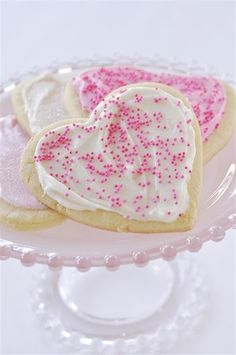 Home based mom - Valentine sugar cookie tutorial. These are pretty cookies for those who have not mastered cookie decorating or prefer a classic cookie. Valentine Cookies, Holiday Cookies, Holiday Treats, Valentines, Valentine Recipes, Summer Cookies, Easter Cookies, Birthday Cookies, Birthday Bash