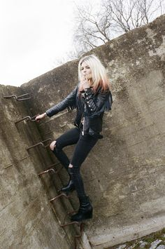 Alison Mosshart, born November 23rd, is a Sadge on the cusp of Scorp.
