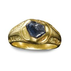 ENGLISH, LATE 14TH/15TH CENTURY FINGER RING engraved gold, set with a sapphire in hexagonal collet, inscribed: JOYE SANZ FYN (joy without end) on the interior