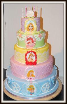 DISNEY PRINCESSES. Toutes les princesses Disney sont présentes sur ce gâteau (Raiponce, Ariel, Belle, Aurore, Cendrillon) !