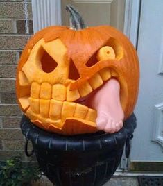 Love a Halloween pumpkin but short of ideas? Here are 24 cute and scary pumpkin carving ideas to try this Halloween. Adornos Halloween, Fete Halloween, Diy Halloween Decorations, Holidays Halloween, Spooky Halloween, Halloween Crafts, Happy Halloween, Halloween Quotes, Halloween 2019
