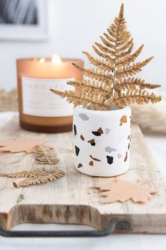DIY IDEA: make terrazzo patterns yourself Cool Diy Projects, Craft Projects, Diy 2019, Christmas Crafts, Christmas Decorations, Fall Diy, Autumn Diys, Terrazzo, Decorating On A Budget