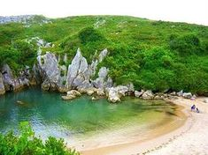 Si por algo es conocido Llanes es por su costa… os presentamos un recorrido por el litoral llanisco de Occidente al Oriente, bañado por 30 magníficas playas con paisajes de naturaleza a rabiar… sus características, servicios, accesibilidad, tipo de playa y como llegar… NO TE PIERDAS NINGUNA!! 1-. Playa de Guadamía – PRÍA Un paraíso turquesa… … Costa, Paraiso Natural, Tulum, Golf Courses, Beautiful Places, Creatures, Tours, World, Outdoor