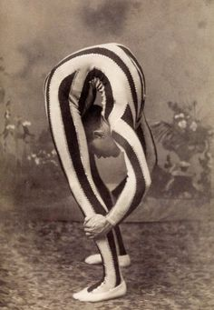 Vintage circus sideshow contortionist Clowns are creepy but I love the circus! Rockabilly, Mad Men, Vintage Photographs, Vintage Photos, Vintage Stuff, Arte Punch, Circus Vintage, Vintage Circus Performers, Creepy Vintage