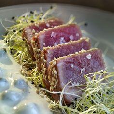 Si te gusta el pescado y el queso, aquí tienes tu plato ideal: atún rojo con gorgonzola y alcaparras.