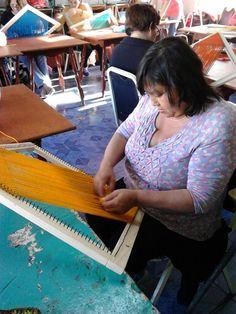 Cecilia, tejiendo
