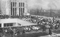 Dachgarten des Kaufhauses Karstadt am Hermannplatz, 1930. Fotograf unbekannt. Sehr beliebter Treffpunkt bei gutem Wetter mit tollem Blick über Kreuzberg und Neukölln.