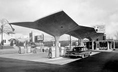 Diamond Gas Station, 1950s, location unknown. Courtesy: Pedro E. Guerrero, Edward Cella Art Architecture