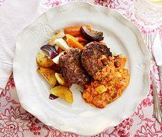 Recept: Örtkryddade köttfärsbiffar med rostade rotsaker och fetaost- och tomatsås